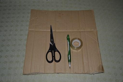 Берем квадратный лист картона