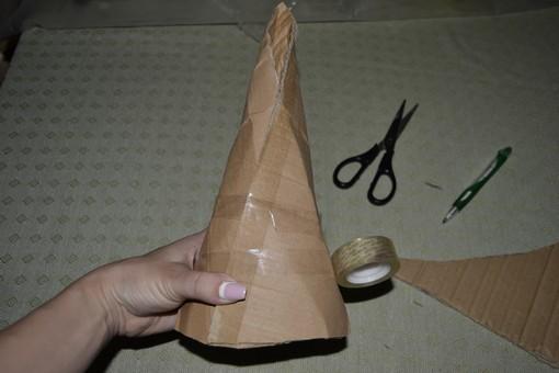 Складываем картон конусом