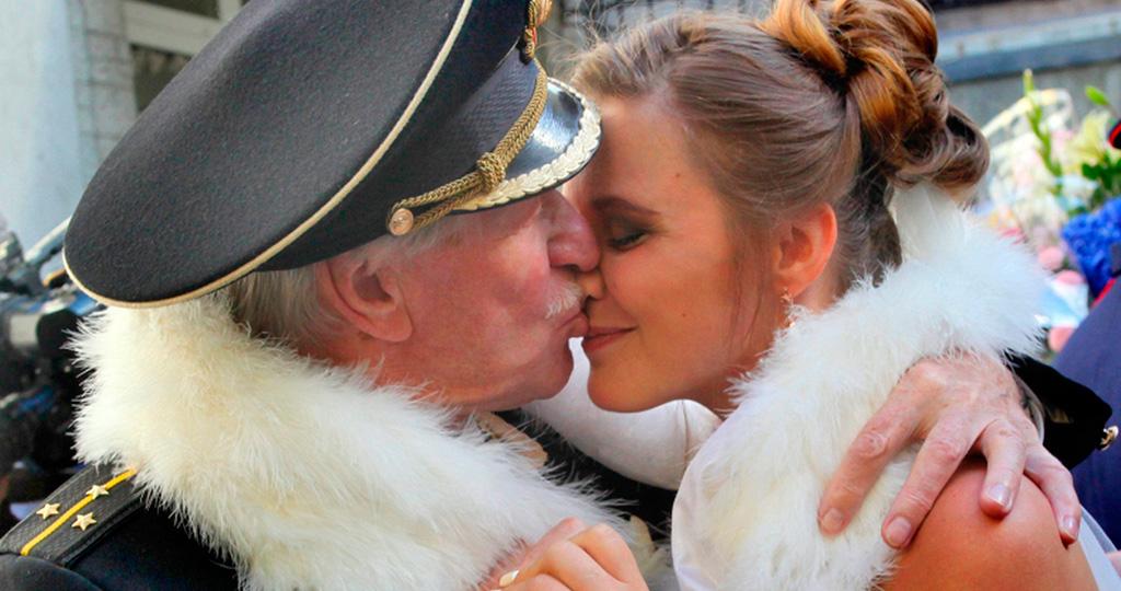 Иван Краско вместе с женой повесили «замок любви» на Петербургский мост