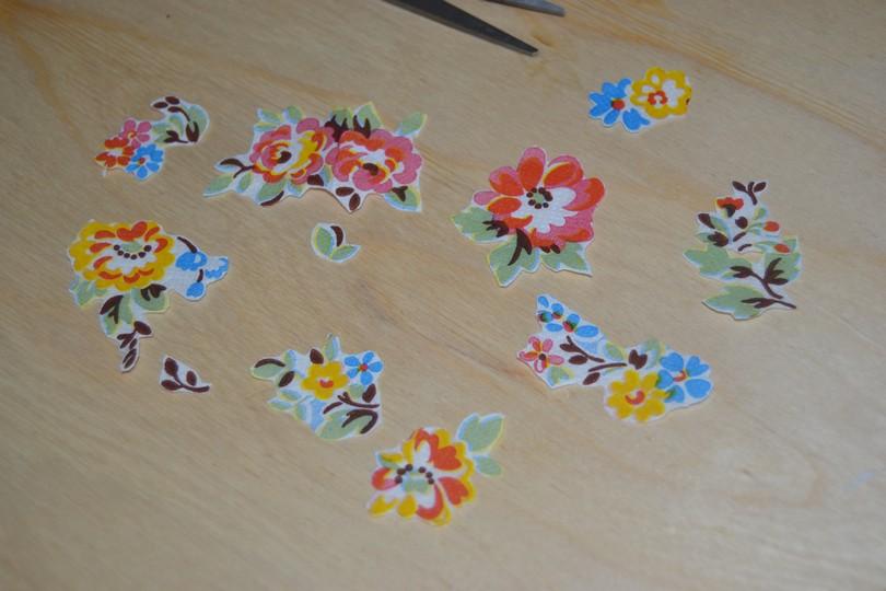 Вырезаем цветочки из салфеток