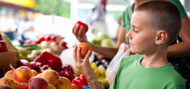 мальчик выбирает фрукты
