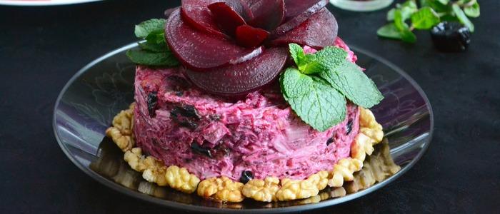 салат из свеклы с черносливом и говядиной