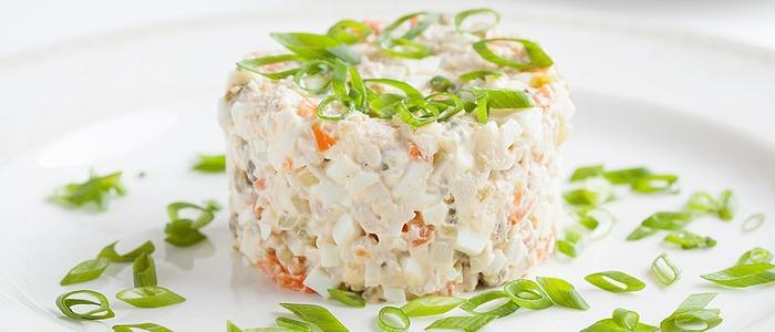 классический салат Оливье.