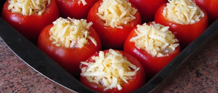 помидоры с сыром и чесноком в духовке..