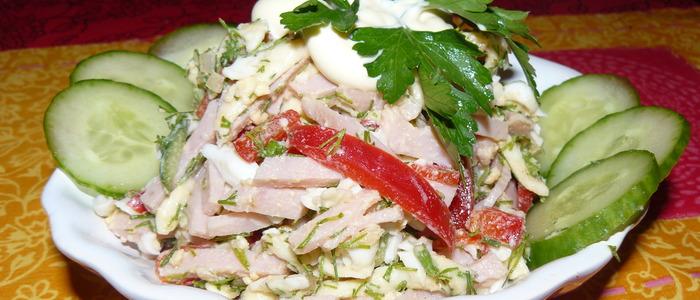 Берлинский салат с колбасой.