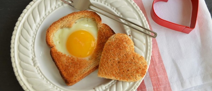 Яичница в хлебе на сковороде