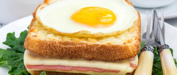 Яичница в хлебе с колбасой