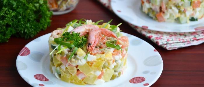 Салат с красной рыбой, кальмаром и креветками...