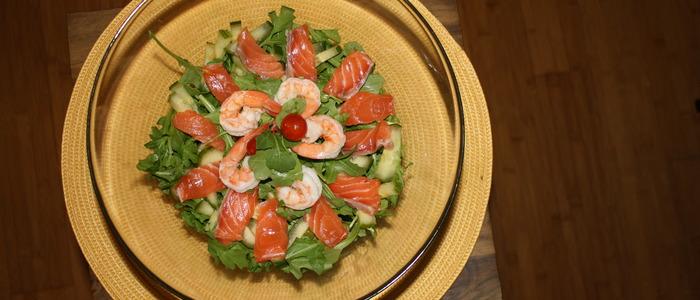 Салат с красной рыбой, кальмаром и креветками.