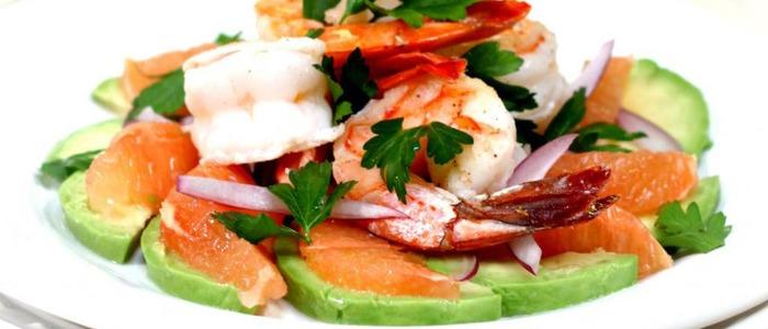 Салат с красной рыбой, кальмаром и креветками