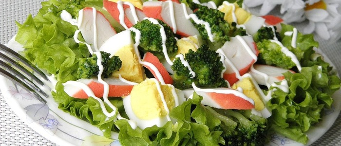 салат из брокколи и помидоров