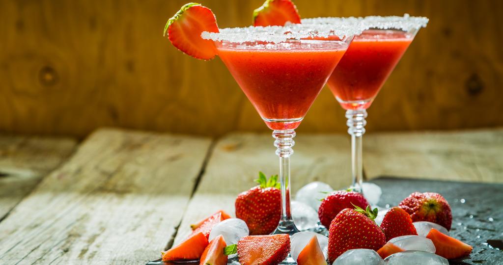 Зеленая ягода в коктейле маргарита