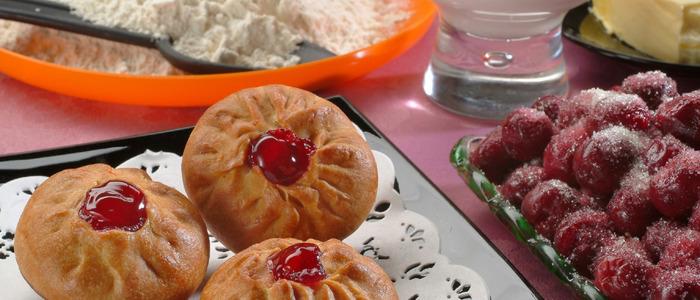 Пирожки с черешней в духовке