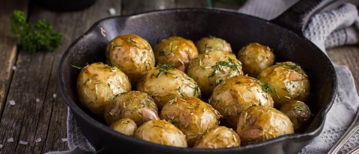 Молодая картошка с кожурой в духовке
