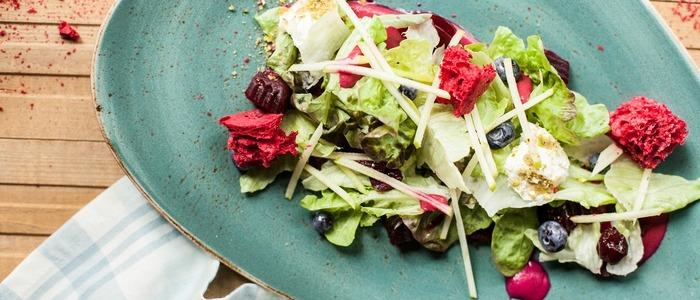Салат с козьим сыром и рукколой