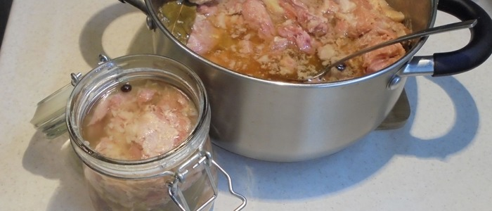 Тушенка из свинины в кастрюле