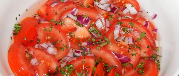 помидоры с луком, маслом и перцем