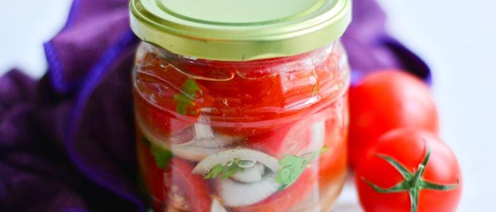 помидоры половинками с луком и маслом