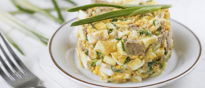Салат с печенью трески и яйцами